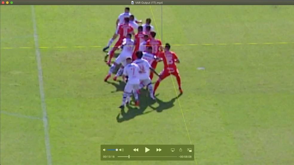 Confira a marca da linha azul, que marca o ombro de Rodrigo Dourado, do Inter, contra o Vasco — Foto: Reprodução
