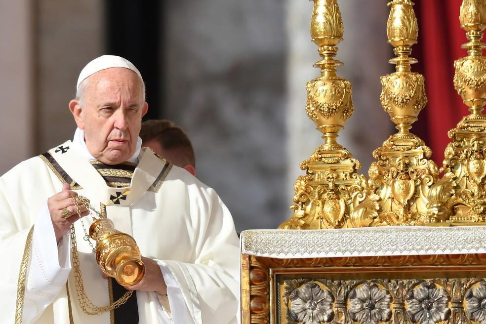 O Papa Francisco celebra a missa de canonização na Praça de São Pedro, no Vaticano, neste domingo (13)  — Foto: Alberto Pizzoli/AFP