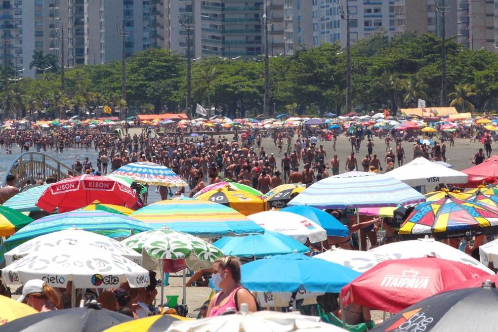 Santos teve praias cheias e banhistas sem máscara no último dia 20 de dezembro — Foto: Matheus Tagé/Jornal A Tribuna