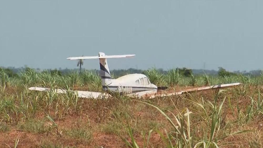 Avião fez pouso forçado em plantação na região de Penápolis — Foto: Reprodução/TV TEM
