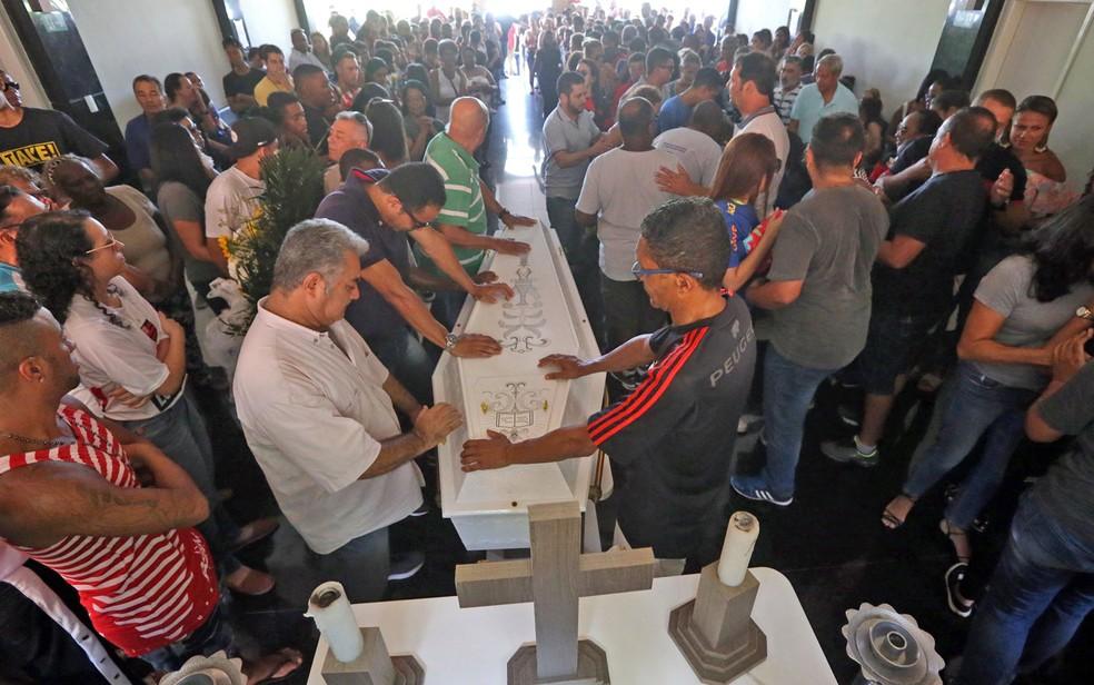 Parentes e amigos comovidos comparecem ao funeral do menino Arthur Vinicius, de 14 anos, em Volta Redonda — Foto: Fábio Motta/Estadão Conteúdo