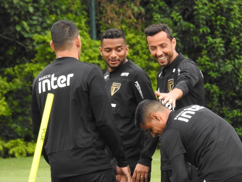 Diego Souza (de costas) treina ao lado de Reinaldo, Everton e Nenê no São Paulo — Foto: Marcelo Hazan