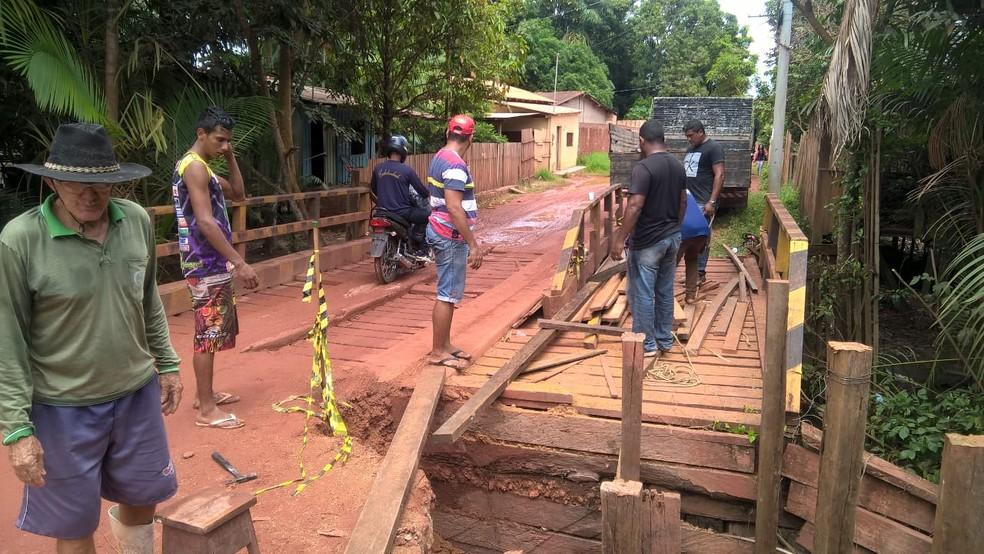 -  Moradores reconstroem ponte de madeira na entrada do bairro Área Verde  Foto: Paulo Nobre/Arquivo Pessoal