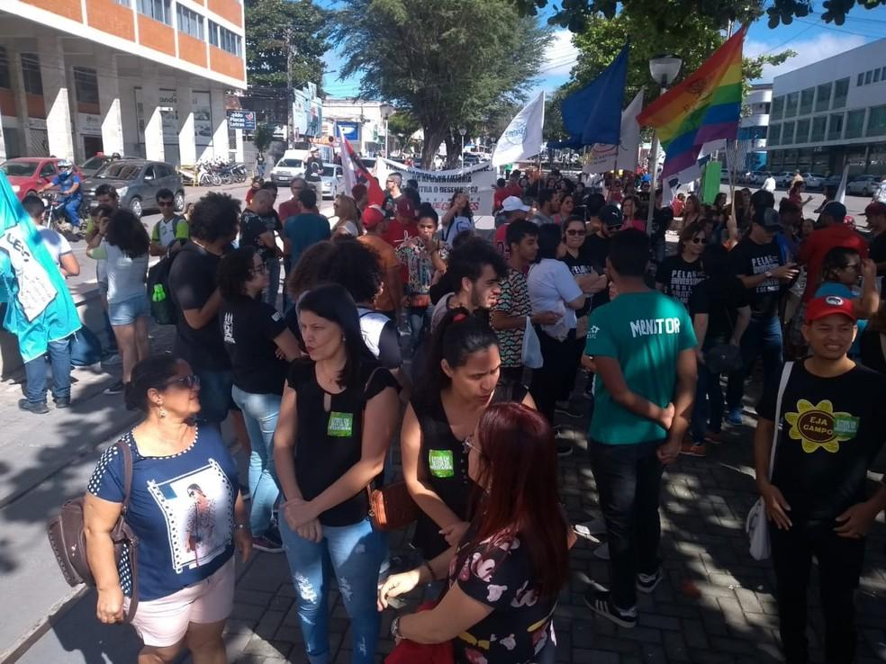 CARUARU, 9h25 - Manifestantes protestam no Centro da cidade — Foto: Matheus Guerra/TV Asa Branca