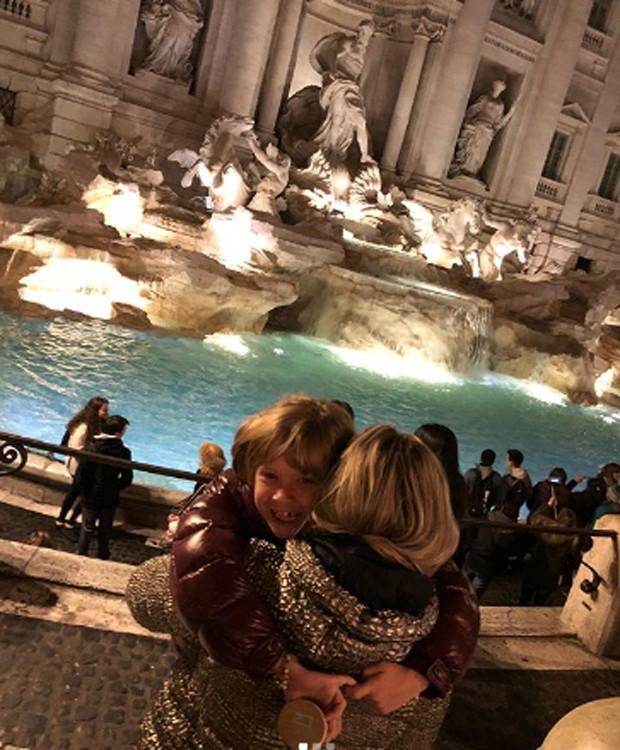 Adriane Galisteu e o filho, Vittorio, na Fontana Di Trevi, em Roma (Foto: Reprodução/Instagram)