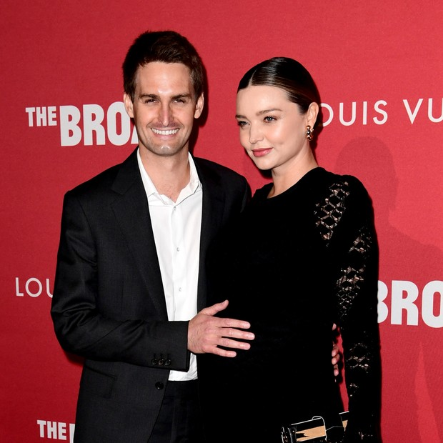"LOS ANGELES, CA - FEBRUARY 08:  Evan Spiegel (L) and Miranda Kerr attend The Broad and Louis Vuitton's celebration of Jasper Johns: ""Something Resembling Truth"" at The Broad on February 8, 2018 in Los Angeles, California.  (Photo by Emma McIntyre/Getty Im (Foto: Getty Images)"