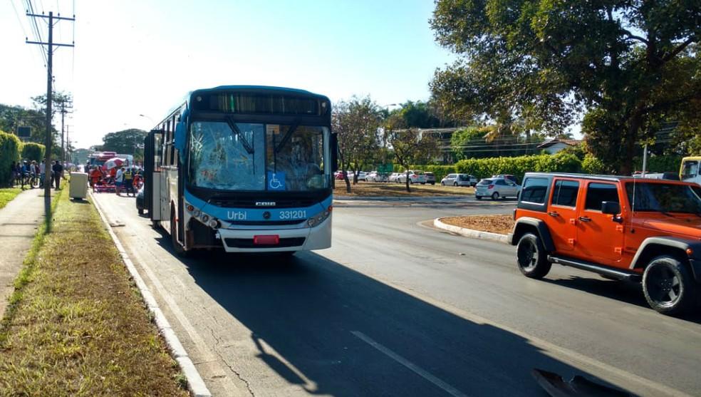 Ônibus atropela ciclista no Lago Sul, em Brasília  (Foto: Corpo de Bombeiros do DF/Divulgação)