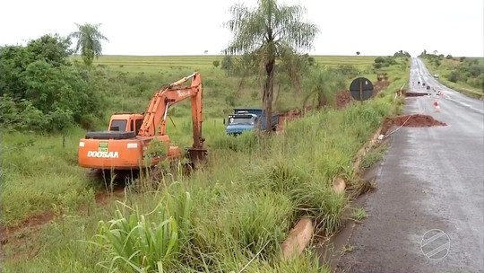 MS-141 tem meia pista liberada após desmoronamento entre Ivinhema e Naviraí