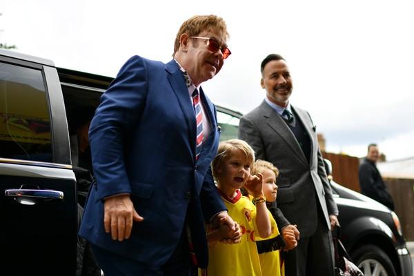 O cantor Elton John com o marido e os filhos (Foto: Getty Images)