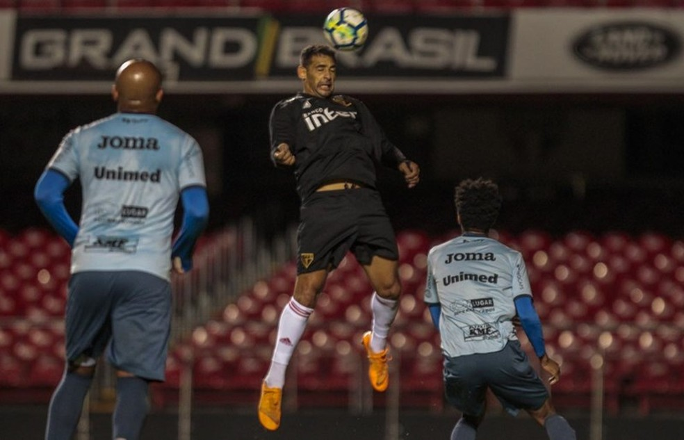 Diego Souza cabeceia, observado por dois jogadores do São Bento (Foto: Miguel Schincariol/saopaulofc.net)