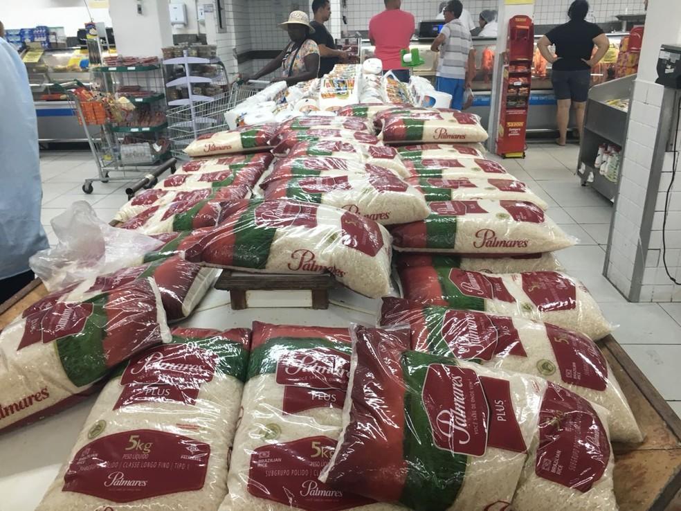 Supermercado de Volta Redonda colocou outros produtos no lugar de onde ficavam hortaliças (Foto: Wandel Garcia/TV Rio Sul)