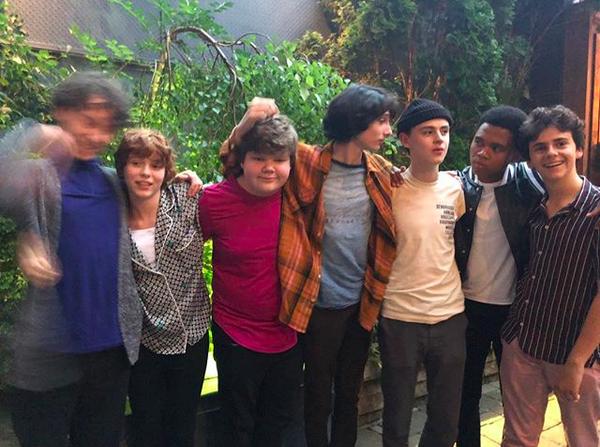 O elenco de It: A Coisa (2017) nos bastidores do primeiro dia de produção da continuação da obra (Foto: Instagram)