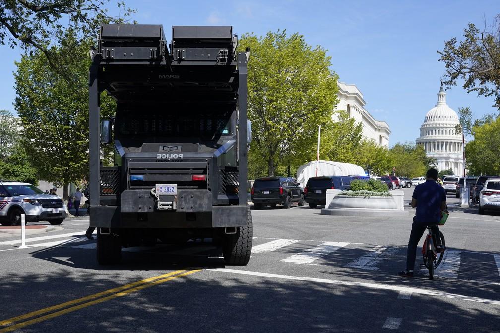 Veículo da polícia em rua perto do Capitólio dos EUA e do prédio da Biblioteca do Congresso, em Washington DC, durante uma ameaça de bomba ativa em 19 de agosto de 2021 — Foto: Patrick Semansky/AP