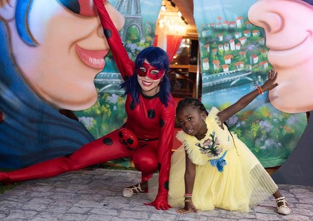 Titi com animadora de festa vestida de Miraculous Lady Bug (Foto: Reprodução/Instagram)