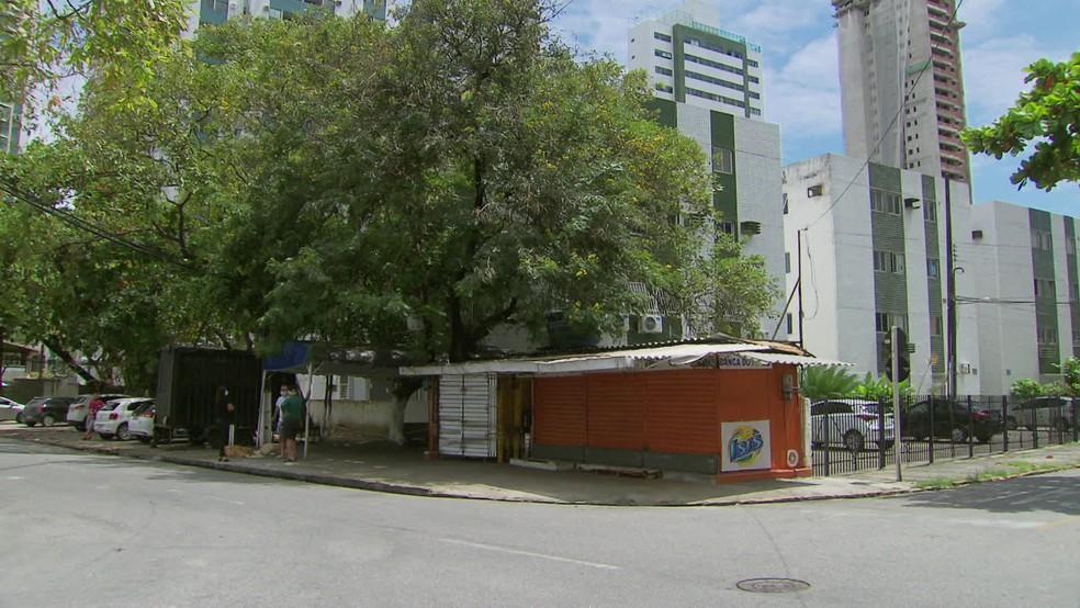 Troca de tiros aconteceu em bar na esquina da Rua Professor José Brandão, na Zona Sul do Recife — Foto: Reprodução/TV Globo