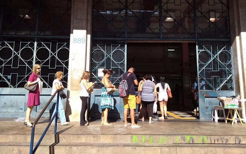 Clientes em fila para atendimento na Agência dos Correios em Campinas (Foto: Pedro Spadoni/G1)