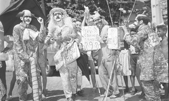 Foliões fantasiados na Rua Honório, em fevereiro de 1958