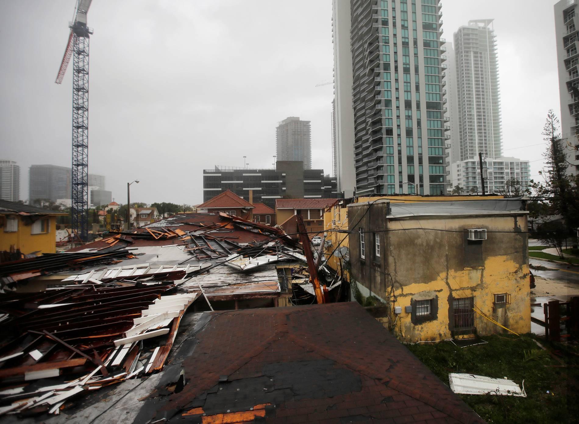 Telhados destruídos em áreas residenciais são vistos enquanto o furacão Irma passa ao sul da Flórida, em Miami