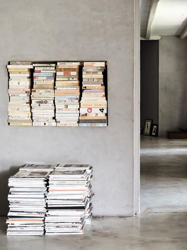 Quartoprincipal. A mesa de cabeceira do quarto de Hanne foi feita com as muitas revistas de decoração colecionadas ao longo dos anos. Um nicho na parede faz as vezes de estante de livros (Foto: Fabrizio Ciccone / Living Inside)