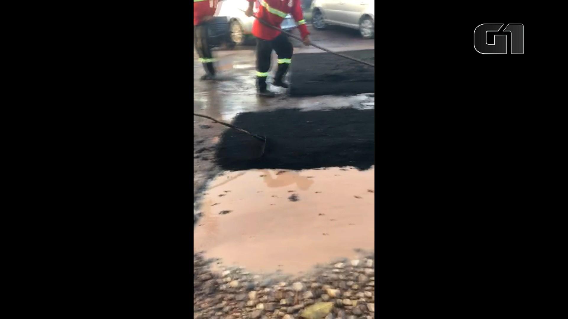Vídeo mostra poças de lama sendo cobertas por asfalto em via de Macapá