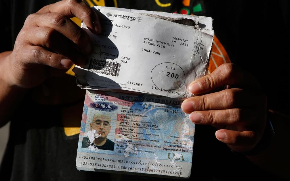 Alberto Herrera mostra seu passaporte e cartão de embarque, danificados pela água após acidente com o voo AM 2431 da Aeroméxico, em Durango, no México (Foto: AP Photo/Rebecca Blackwell)