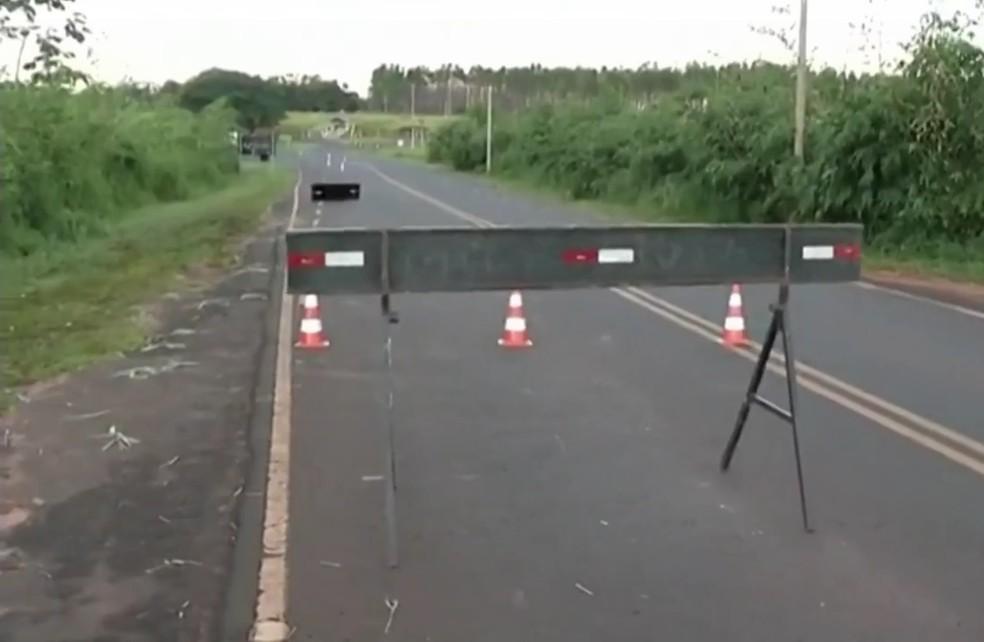 Ponte na vicinal de Suzanápolis (SP) foi sinalizada e o trânsito no local está prejudicado devido ao desmoronamento da cabeceira de proteção  (Foto: Reprodução/TV TEM)