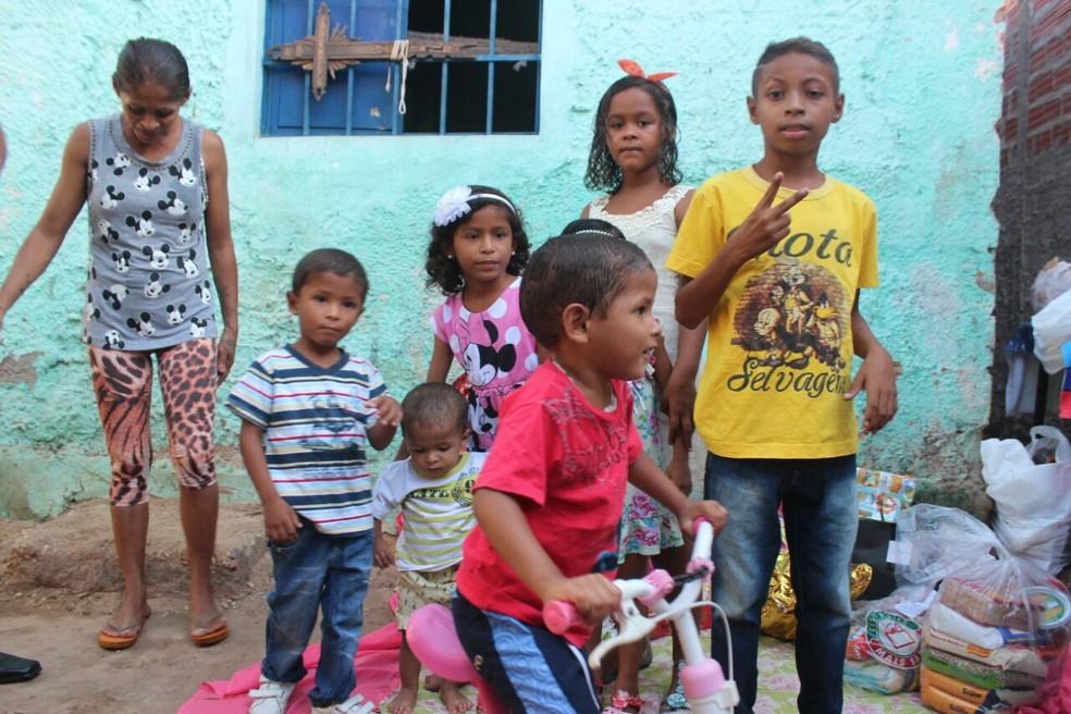 Mateus e a família aproveitaram a festa promovida pelos funcionários dos Correios (Foto: Andrê Nascimento / G1 PI)