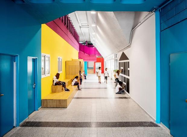Nos corredores, o projeto de marcenaria forma arquibancadas e pequenas áreas privadas. O carvalho foi o material escolhido por ser de fácil acesso e barato (Foto:  Itay Benit/ Dezeen/ Reprodução)
