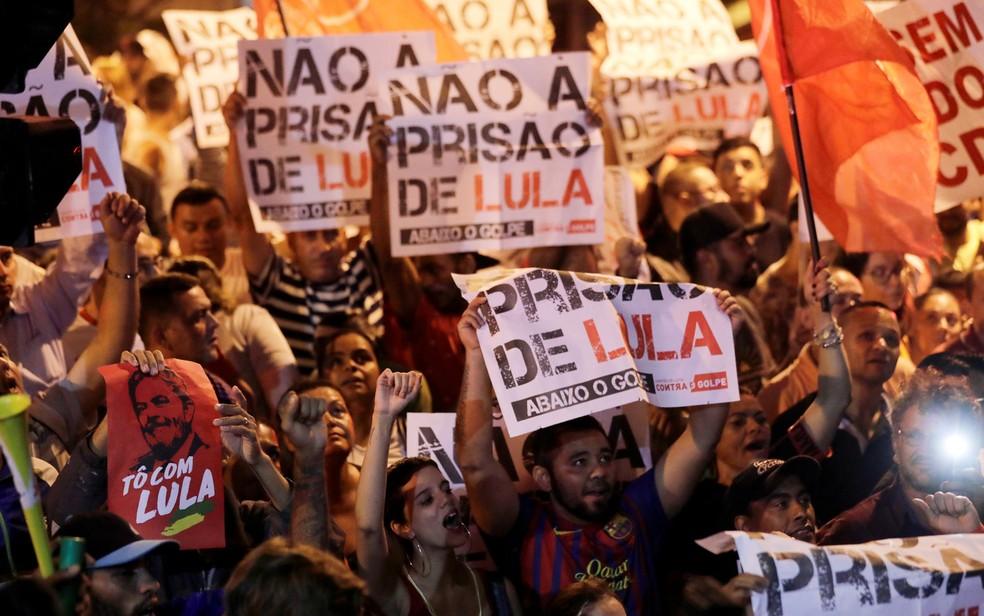 Apoiadores de Lula protestam contra prisão em frente ao Sindicato dos Metalúrgicos, em São Bernardo do Campo, na noite desta quinta-feira (5) (Foto: Paulo Whitaker/Reuters)
