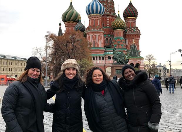 Nadine, Glenda Kozlowski, Vera e Ane posam em frente à Catedral de São Basílio, na Rússia (Foto: Divulgação/TV Globo)