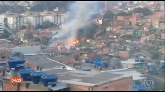 Incêndio atinge cerca de dez casas numa comunidade na Zona Sul de SP