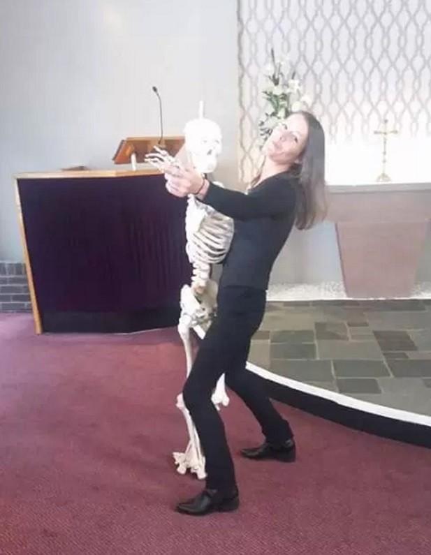 Angela dança com o esqueleto