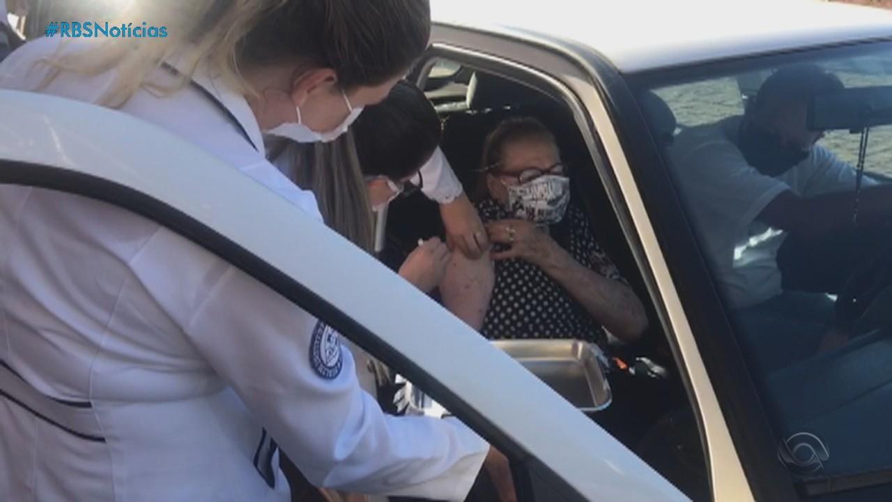 Cidades do RS retomam a vacinação contra covid nesta sexta-feira