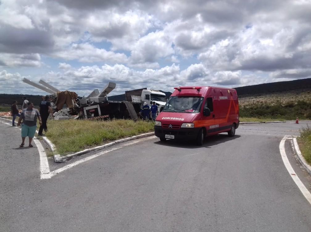 Acidente com carretas que transportavam postes e telhas deixa um morto e um ferido na BA-052 — Foto: Divulgação/Corpo de Bombeiros