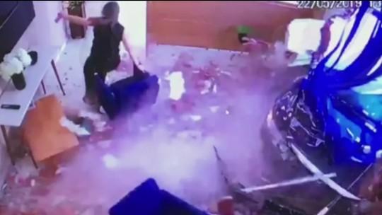 Carro desgovernado invade escritório em Votorantim, SP