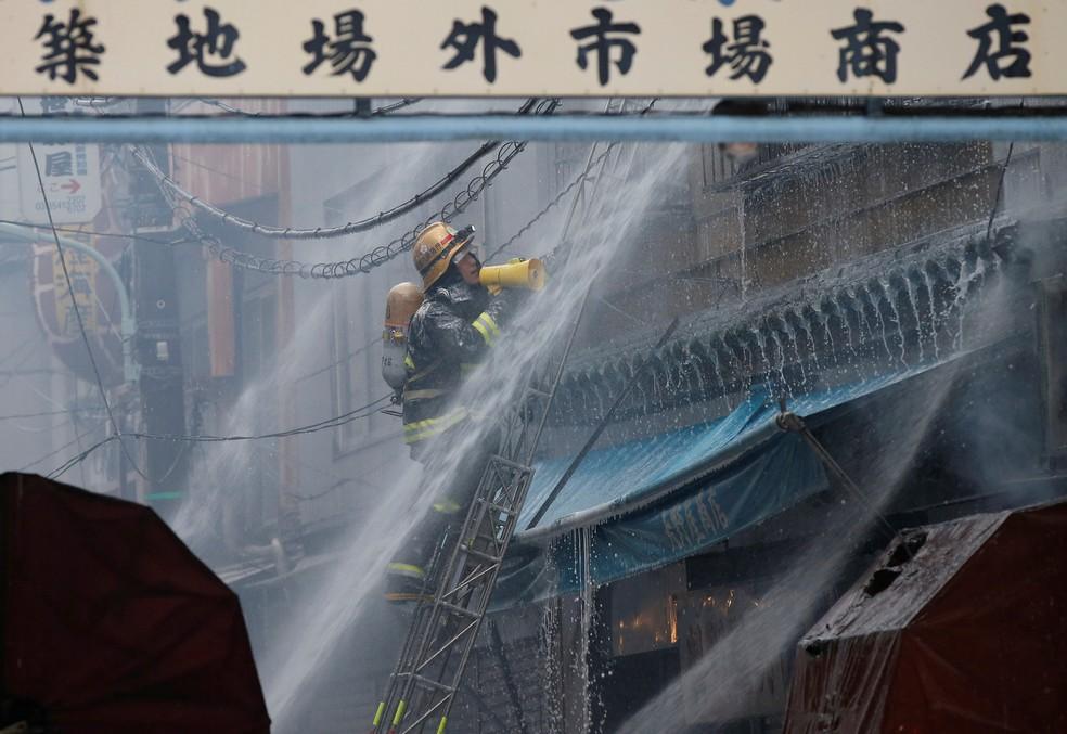 Bombeiros trabalham em um incêndio no mercado de peixes Tsukiji em Tóquio, no Japão (Foto: Toru Hanai/Reuters)