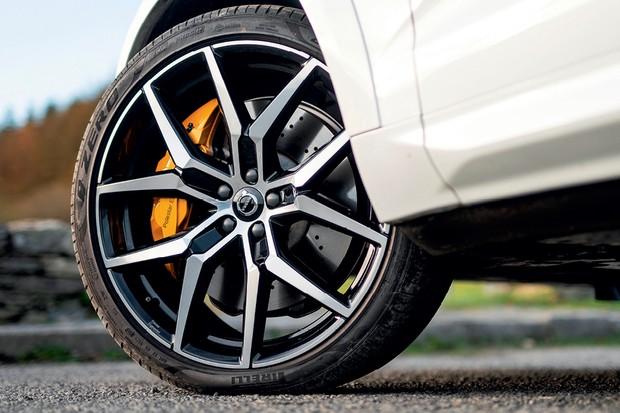 Volvo XC60 Polestar Engineered - As grandes rodas são bonitas, mas causam certo desconforto aos ocupantes. A direção poderia ter um  peso a mais (Foto: Divulgação)
