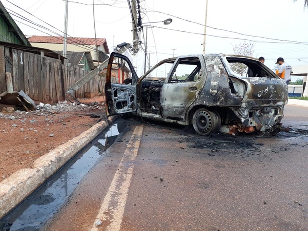 Populares correram e tiraram rapidamente a vítima de dentro do veículo porque a parte traseira já estava pegando fogo (Foto: Portal Guajará/Divulgação)