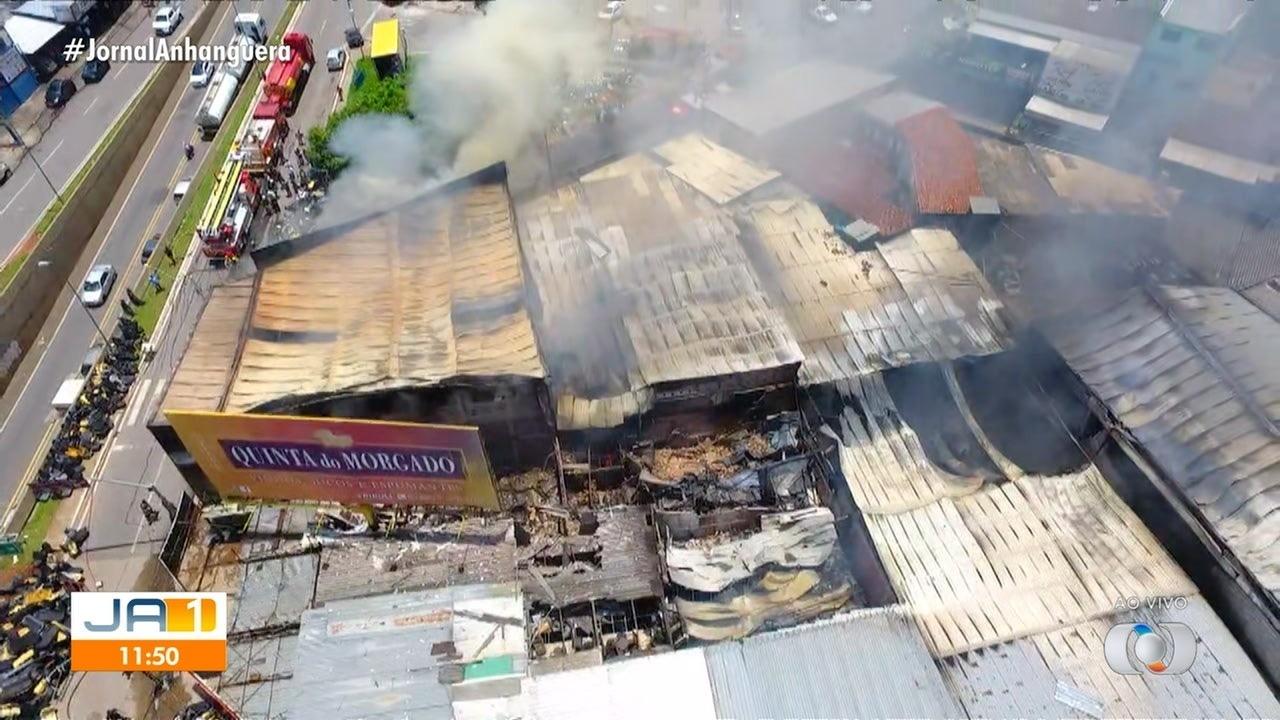 Fogo destrói lojas na Vila Canaã