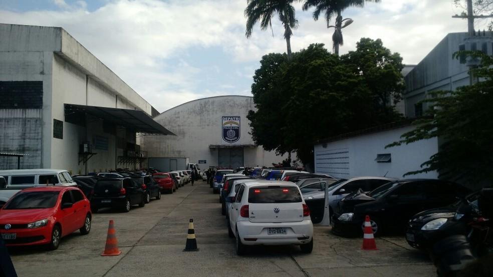 Suspeitos presos e material apreendido são levados para o Depatri, na Zona Oeste do Recife (Foto: Pedro Alves/G1)