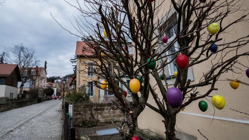 Na Alemanha, os ovos são pendurados nos galhos das árvores, como se fossem bolas de Natal — Foto: EPA via BBC