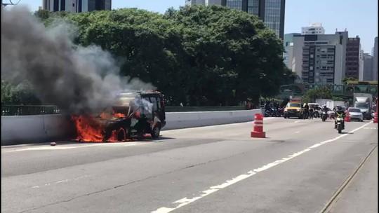 Carro pega fogo na Ponte Eusébio Matoso, na Zona Oeste de São Paulo