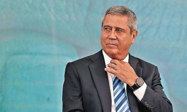 General Braga Neto tirando o golpe do armário