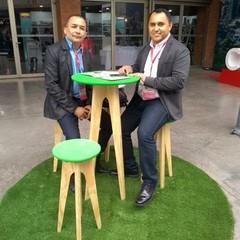 Renato Freitas e Leís Batista representam empresa que comercializa açaí e polpas de frutas tipicamente brasileiras (Foto: Mariana Branco/Agência Brasil)