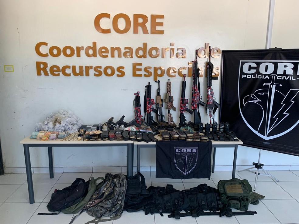 Core apresenta fuzis apreendidos na Maré — Foto: Divulgação