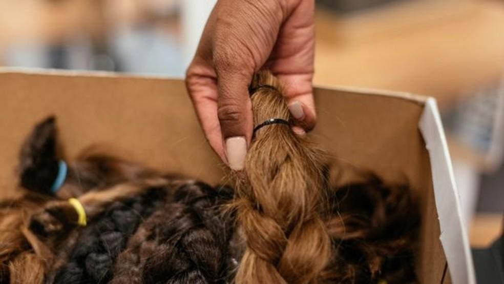 O cabelo humano repele a água ao mesmo tempo em que absorve agentes de contaminação — Foto: Getty Images/BBC