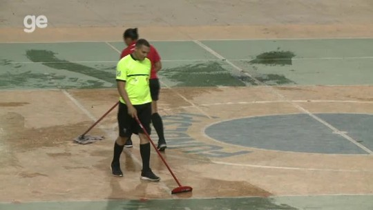 Ginásio de R$ 7 milhões tem goteiras; atletas e árbitros tentam secar quadra até com coletes