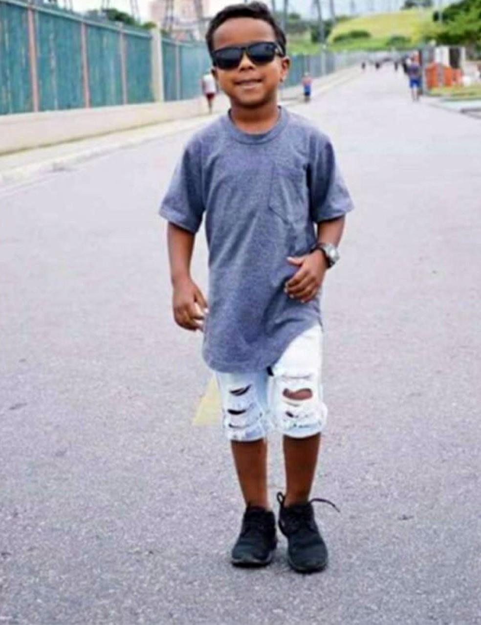 Menino de 7 anos morre após ser baleado na porta de casa na ...