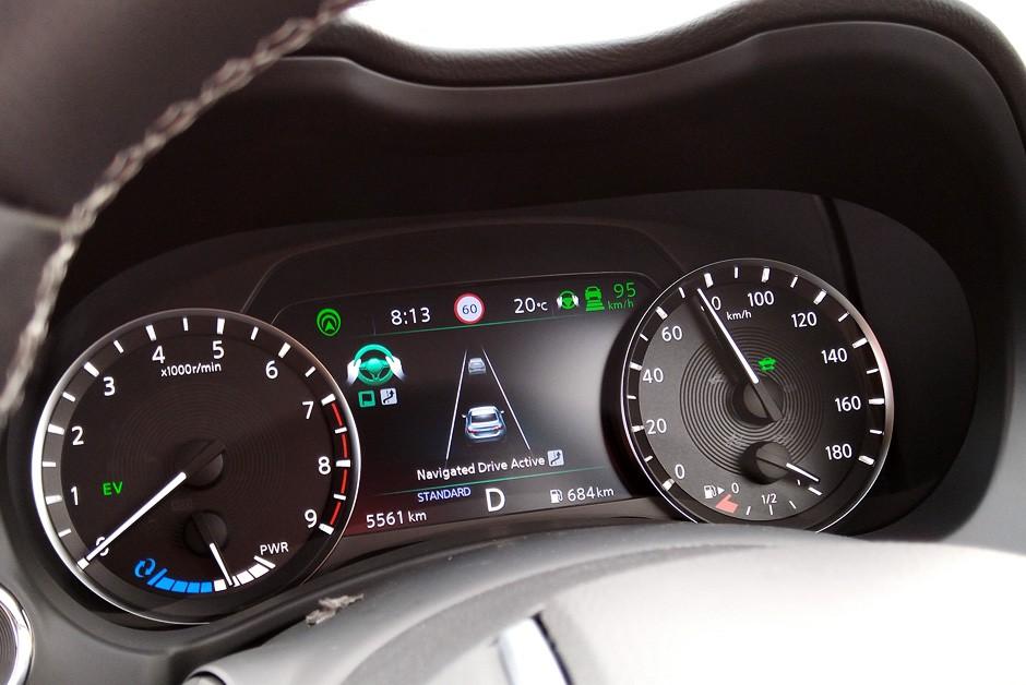 Informações (e instruções) ao motorista são exibidas no painel de instrumentos (Foto: Ulisses Cavalcante/Autoesporte)