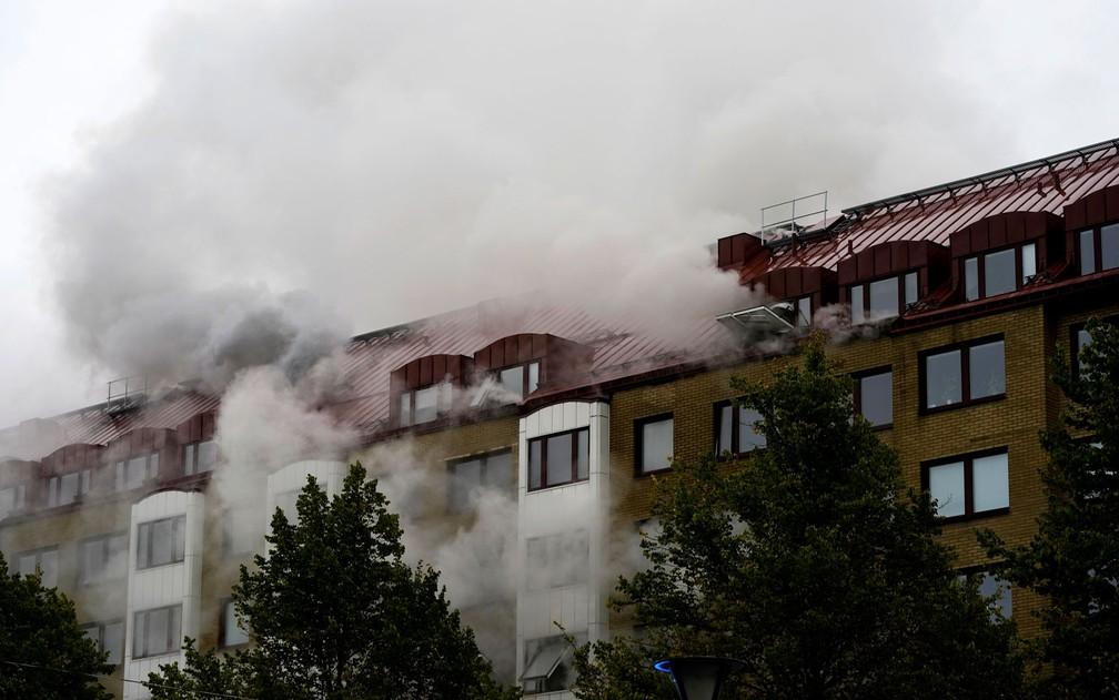 Fumaça é vista saindo de prédio após explosão em apartamento em Annedal, no centro de Gotemburgo, na Suécia, na madrugada de terça-feira (28) — Foto: Bjorn Larsson Rosvall/TT via AP